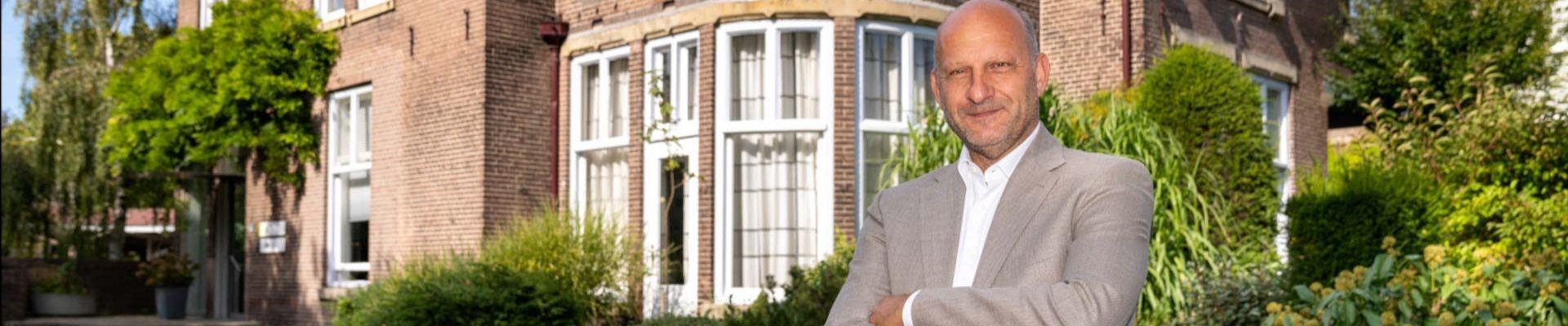 Matchpartner directeur Leon Brouwers staat voor Matchpartner kantoor Boerhaavelaan 4, Leiden